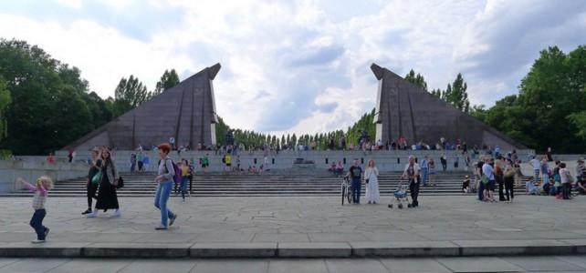 20 Tänzer am Sowjetischen Ehrenmal